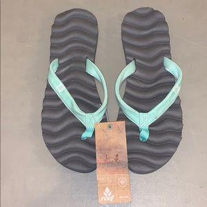 Women's brand new sz 9 Reef sandals